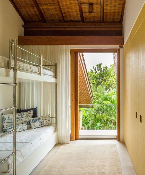 chambre d'hôtes avec lits superposés et armoire pour la maison de la plage