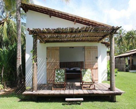 une simple maison de plage avec une terrasse en bois