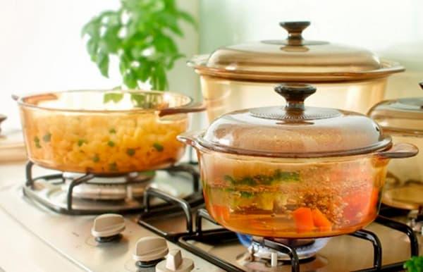 des casseroles en verre en feu