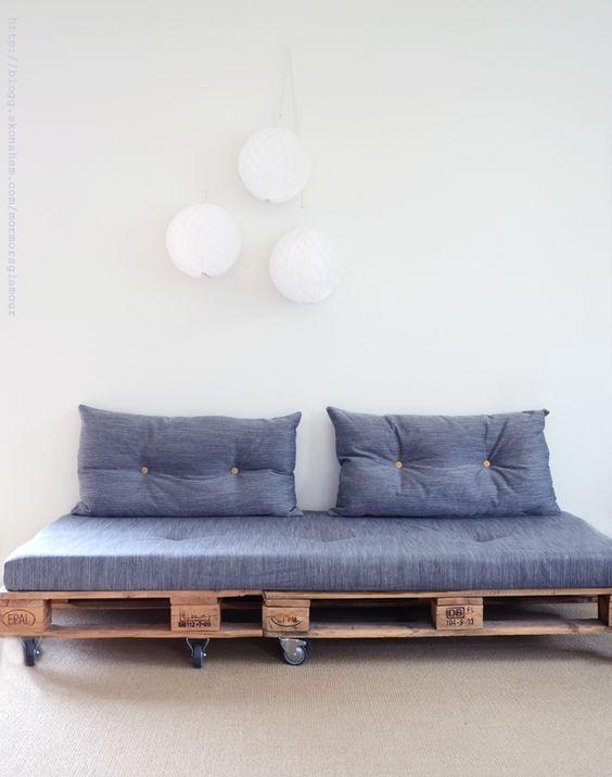 canapé en bois avec volant