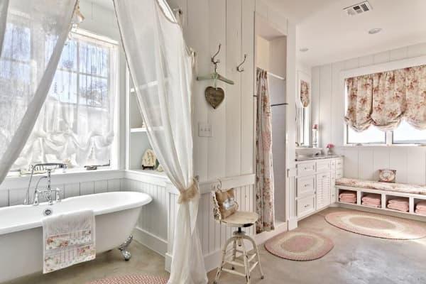 Salle de bains avec divers tapis au crochet