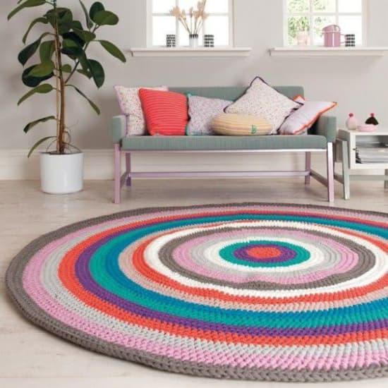 Un tapis au crochet moderne pour des pièces animées