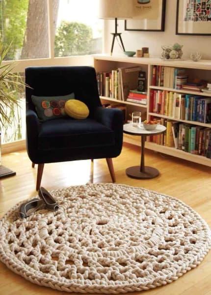 Tapis rond et beige au crochet pour le salon avec fauteuil