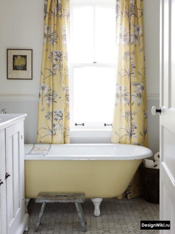 Rideaux à fleurs dans la salle de bain de style provençal