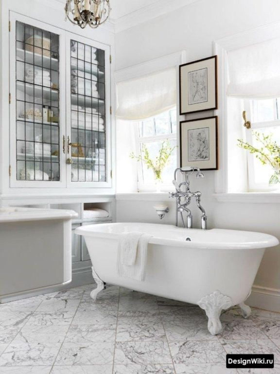 Salle de bain de style provençal avec fenêtre
