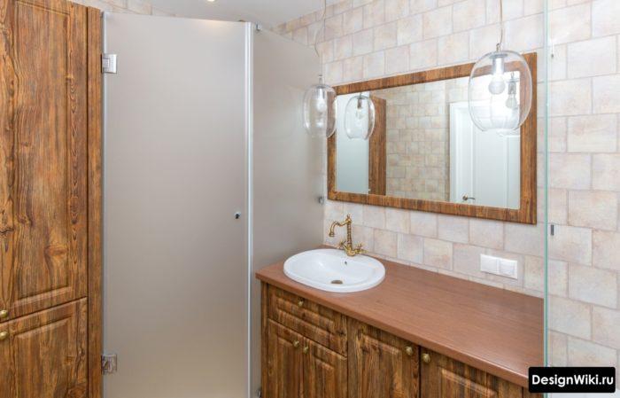 Armoires en bois massif dans la salle de bain de style provençal