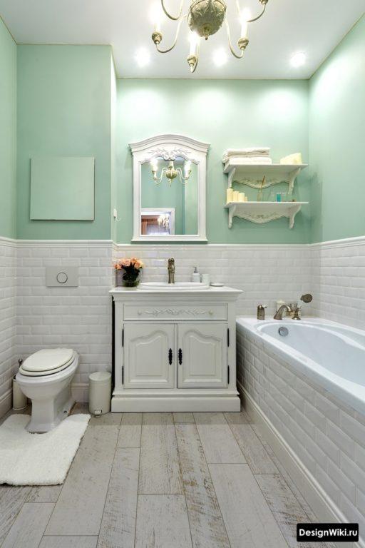 Intérieur de salle de bain classique avec division horizontale du mur