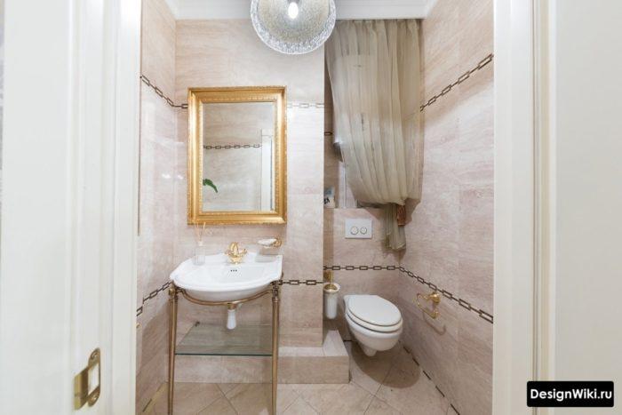 Toilette suspendue avec installation dans un intérieur de salle de bain classique