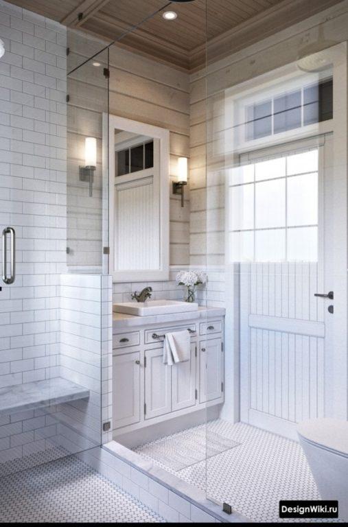 Armoire au sol avec plinthe dans la salle de bain