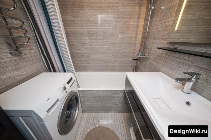 Carreaux bruns dans la salle de bain à Khrouchtchev