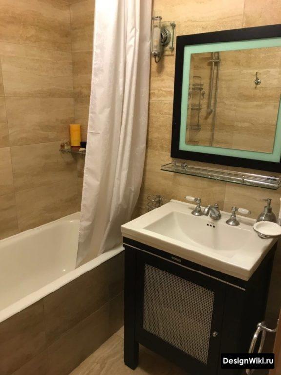 Carrelage effet pierre dans la salle de bain à Khrouchtchev