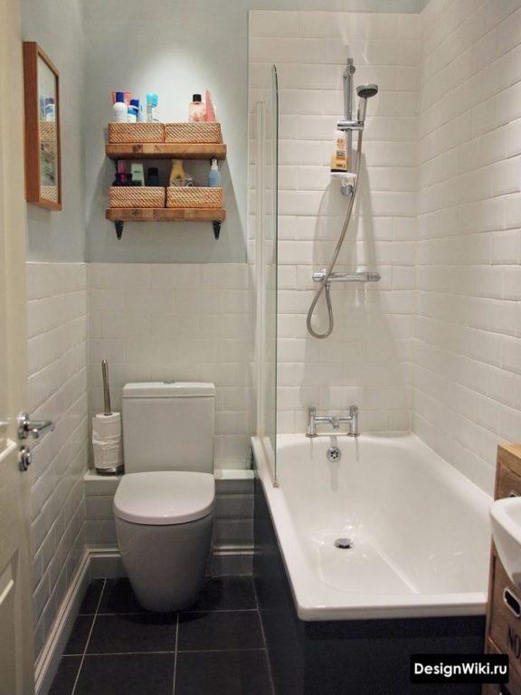 Porc blanc dans la salle de bain à Khrouchtchev avec toilettes