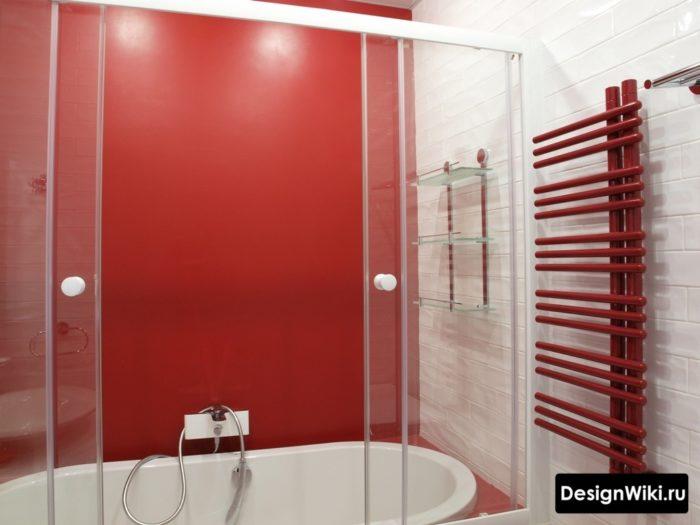 Couleur rouge vif dans la salle de bain à Khrouchtchev