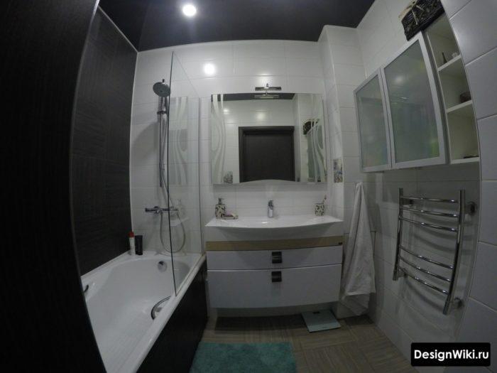 La combinaison du noir et du blanc dans la salle de bain à Khrouchtchev