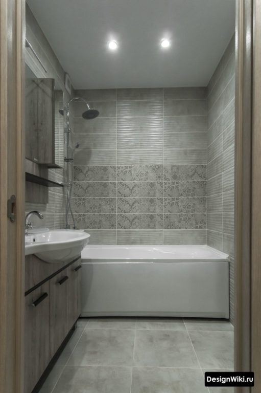 Carreaux gris rectangulaires dans la salle de bain à Khrouchtchev