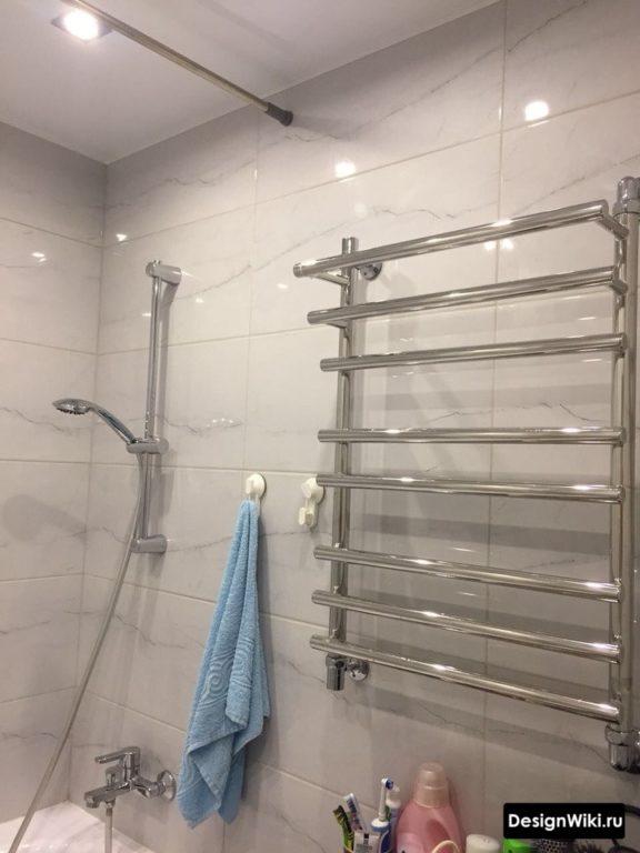 Plafond blanc mat extensible dans la salle de bain à Khrouchtchev
