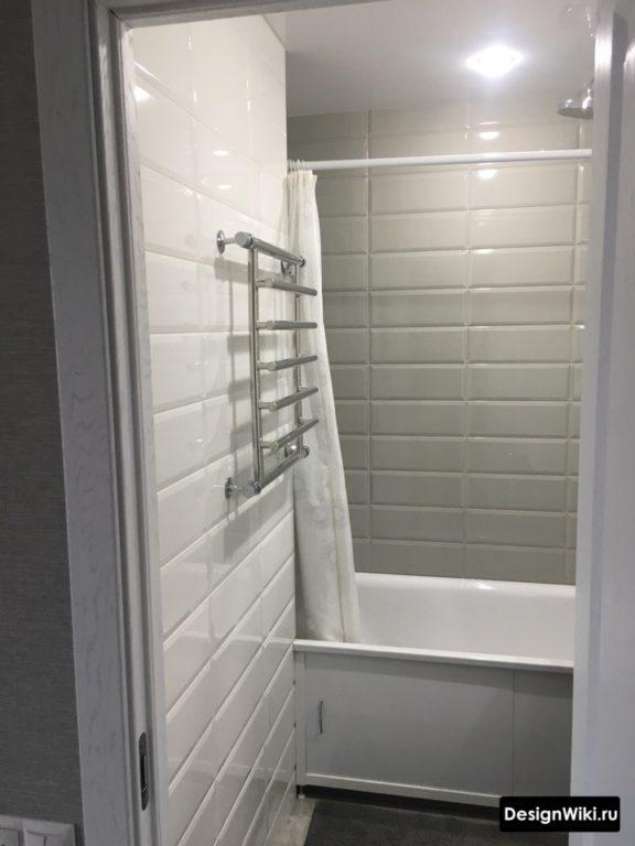 Grand porc blanc dans la salle de bain à Khrouchtchev