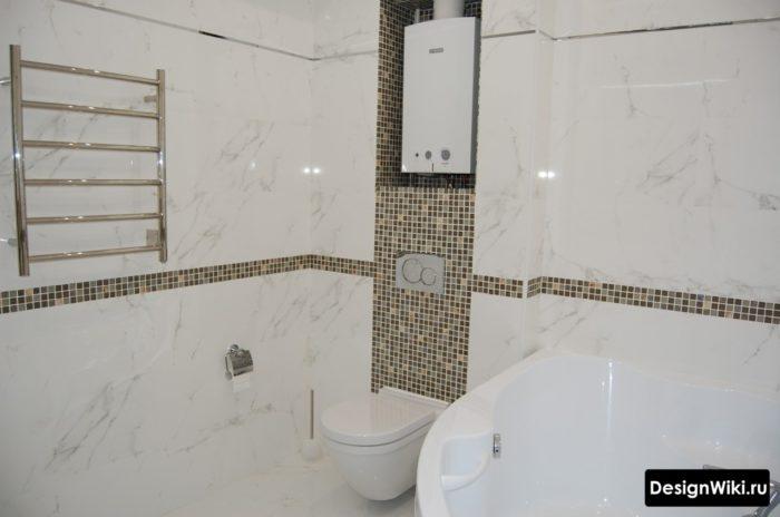 Carreaux de marbre blanc dans la salle de bain