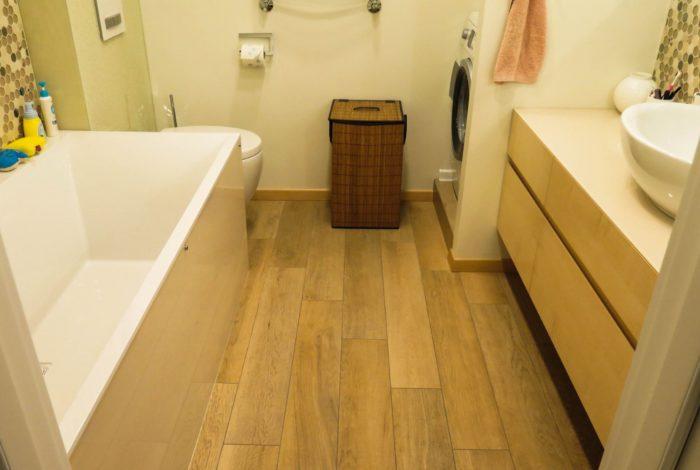 Carrelage imitation bois marron sur le sol de la salle de bain