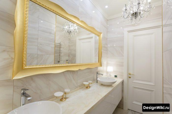 Carreaux de marbre brillant dans la salle de bain