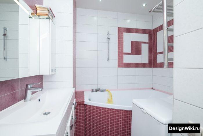 La combinaison de carreaux blancs et rouges dans la salle de bain