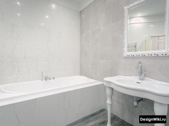 La combinaison de marbre et de carreaux de bois dans la salle de bain