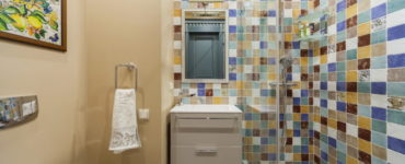 Как красиво сочетать плитку и краску в отделке ванной?