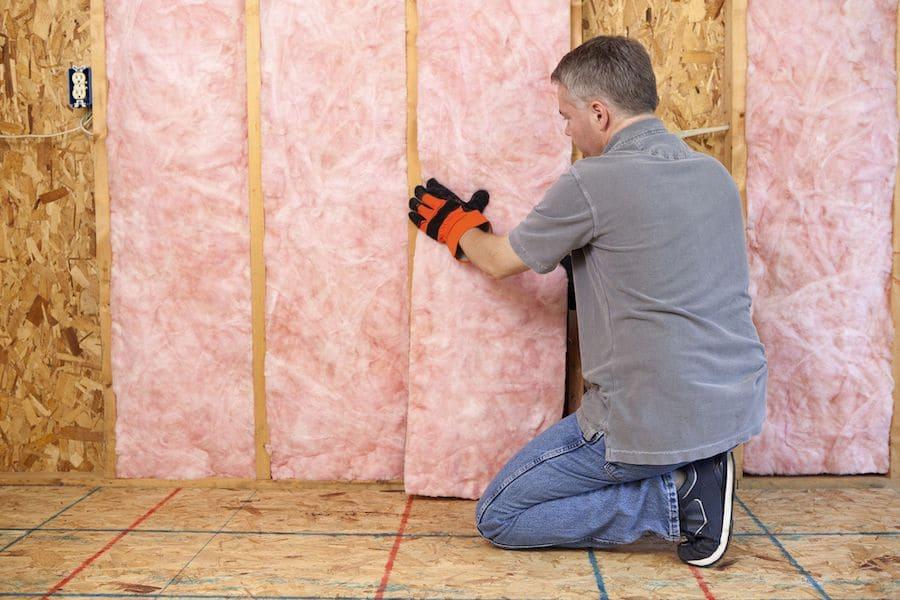 Isolation interne des murs d'une maison à ossature