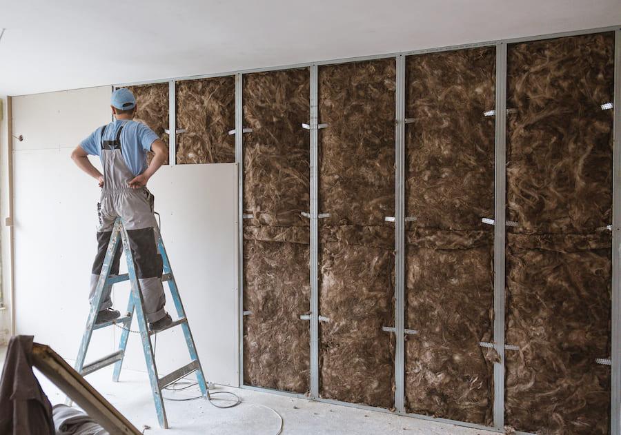 Une isolation de haute qualité des murs de la maison de l'intérieur réduira considérablement les pertes de chaleur