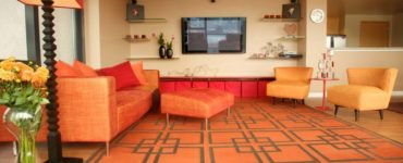 Interieur de salon moderne de couleur orange