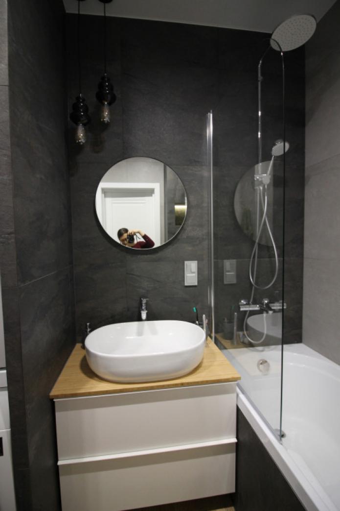 murs sombres dans la salle de bain