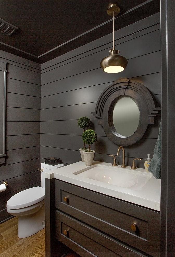 murs noirs dans la salle de bain