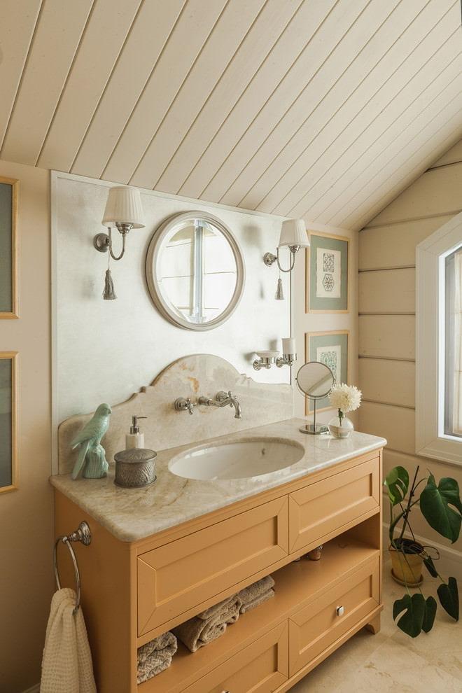 plafond mansardé dans la salle de bain