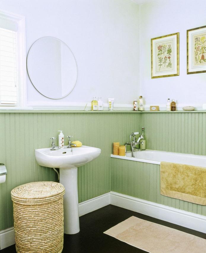 doublure colorée dans la salle de bain