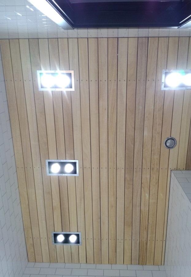 doublure au plafond dans la salle de bain