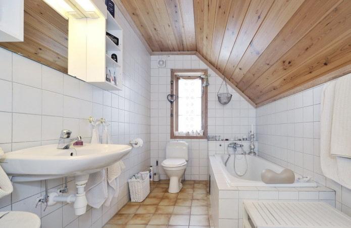 plafond en bois dans la salle de bain