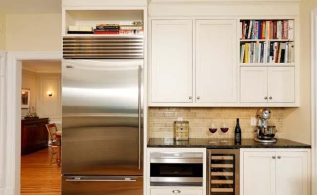 étagères au-dessus du réfrigérateur