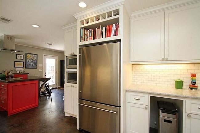 книжные полки над холодильником