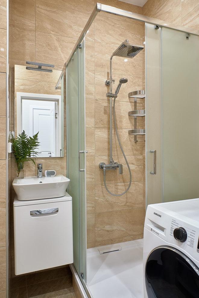 salle de bain avec douche dans l'appartement Khrouchtchev