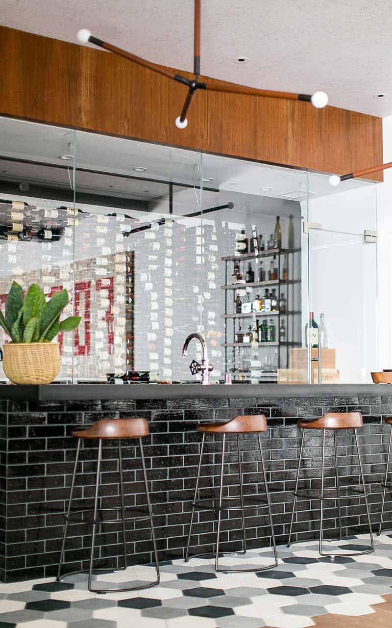 bar à la maison moderne du milieu du siècle