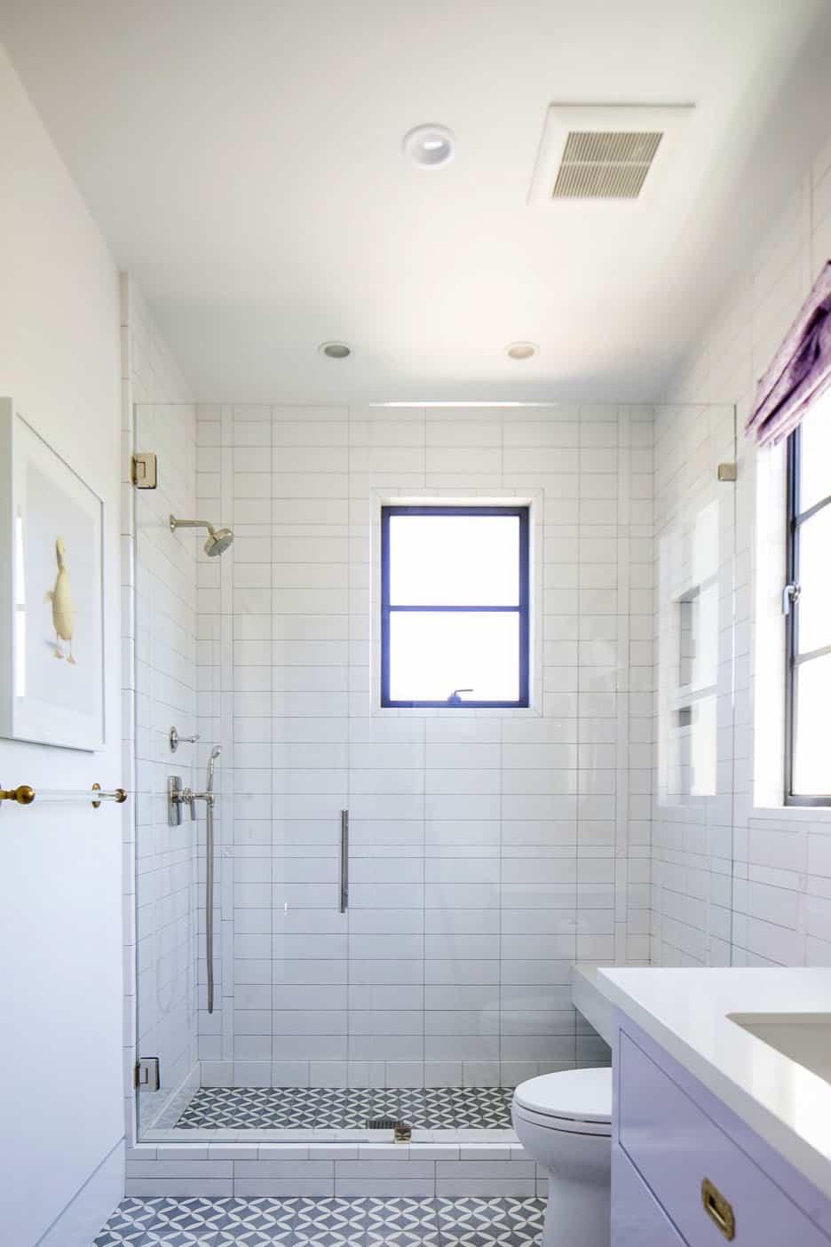 salle de bain moderne pour enfants au milieu du siècle