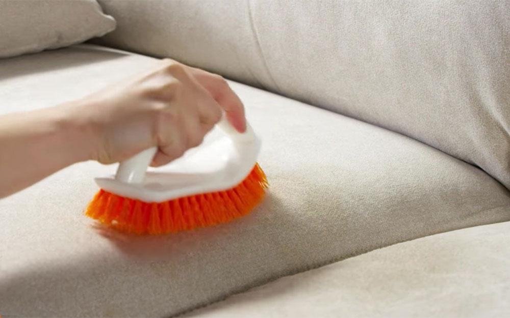 avec brosse Comment nettoyer les meubles en microfibre pour leur donner un aspect neuf
