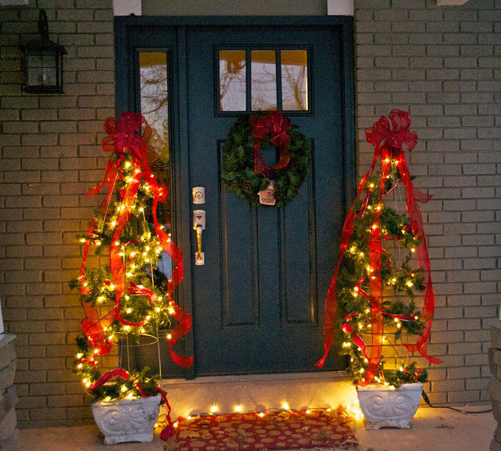 Idées de lumières de Noël extérieures en cage à tomates à utiliser pour décorer votre maison