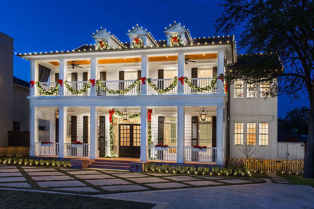 Idées de lumières de Noël d'extérieur Colonial-Christmas-by-Vernon-Wentz à utiliser lors de la décoration de votre maison