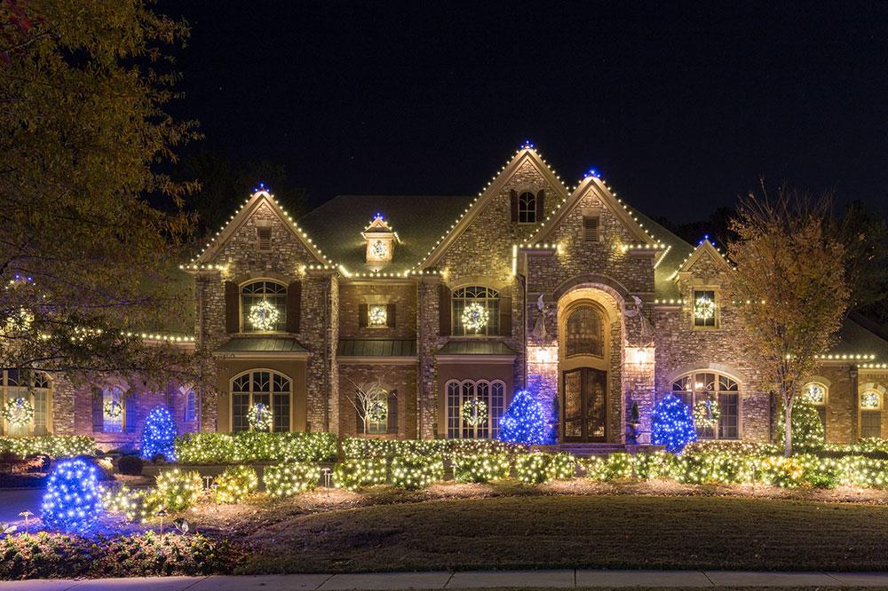 Acworth-Christmas-Lighting-2016-by-Lights-Over-Atlanta1 idées de lumières de Noël d'extérieur à utiliser lors de la décoration de votre maison