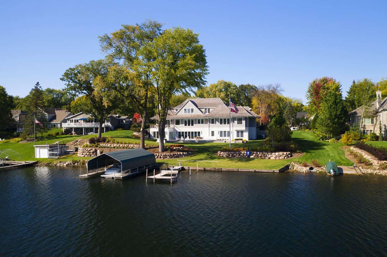 vue-exterieur-maison-au bord du lac