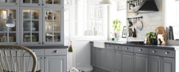 idees-deco-cuisine-incroyable-ikea-cuisine-avec-sol-a-ecchecs-et-meuble-en-bois-blanc-aussi-simple-lampe-suspension-avec-abat-jour-demi-cercle-merveilleux-eclairage-idees- pour-cuisine-ikea
