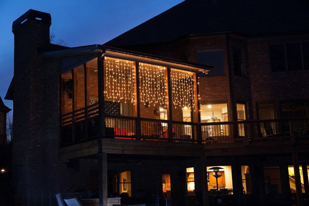 Transformez-votre-pont-supérieur-avec-des-lumières-de-rideau-par-lumières-de-Noël-etc. Idées d'éclairage de terrasse impressionnantes que vous pouvez utiliser chez vous