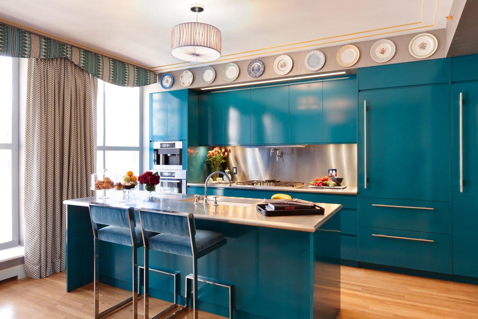 ensemble-de-cuisine-bleu-armoires-plafond-plat-rideaux-simples-fenetres-cadre-blanc-table-en-bois-plateau-marmer-inoxydable-chaise-bleu-parquet