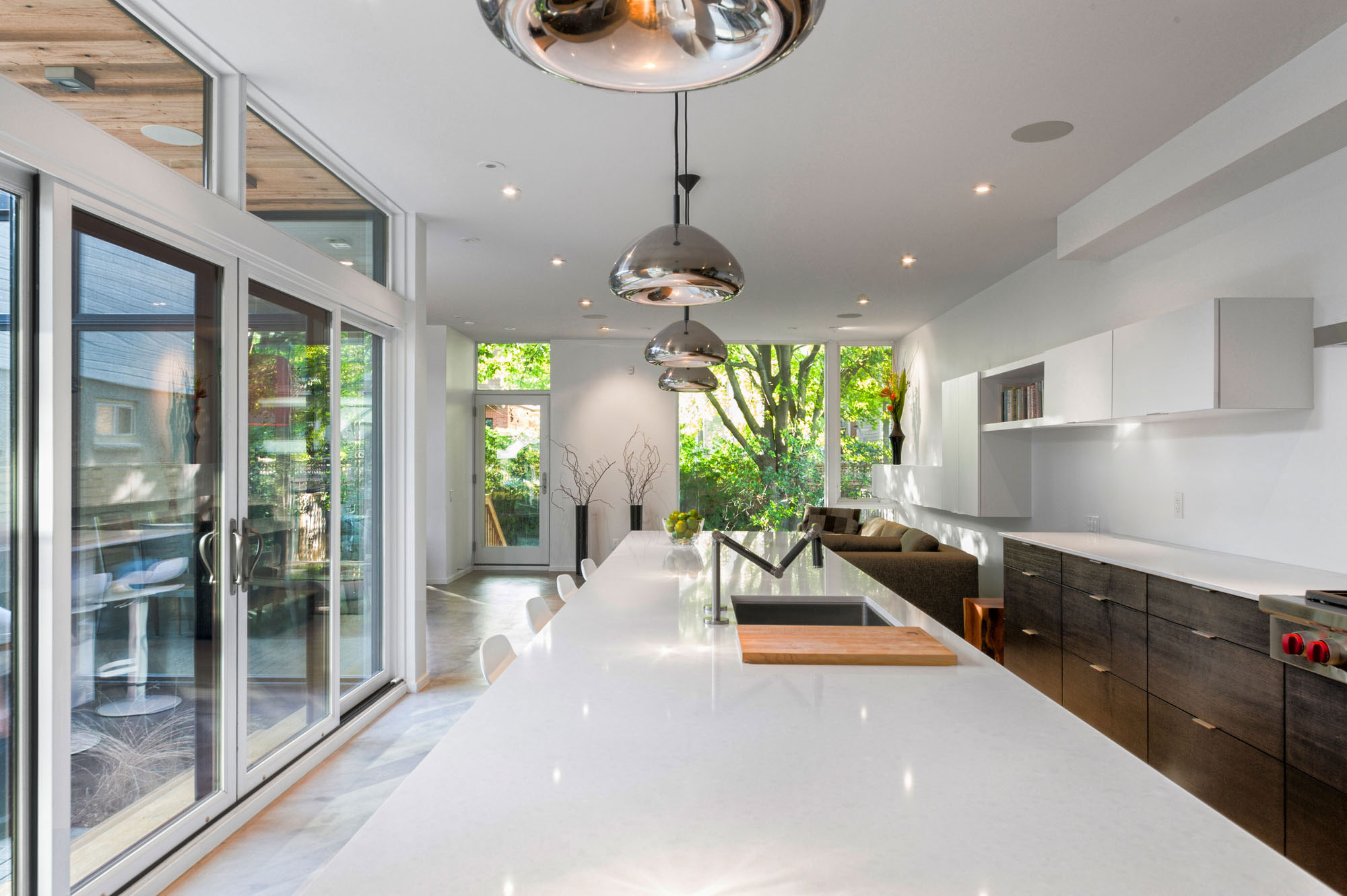 divine-maison-contemporaine-de-2-etage-au-canada-avec-exterieur-beau-design-interieur moderne-avec-table-de-cuisine-blanc-coutertop_house-facades-deux-etage-contemporain_home-decor_home-decore-decorators r